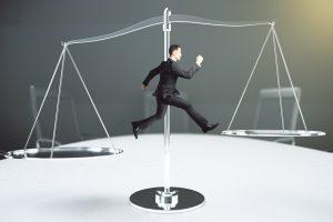 天秤の左から右へジャンプするビジネスマン