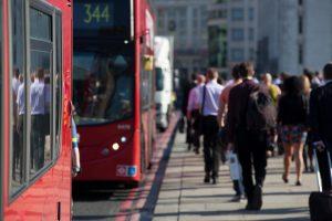 ロンドンの雑踏を走るバス