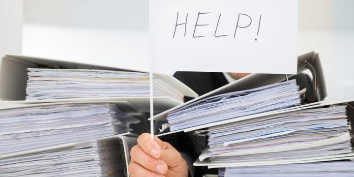 書類に埋もれて「Help!」する人