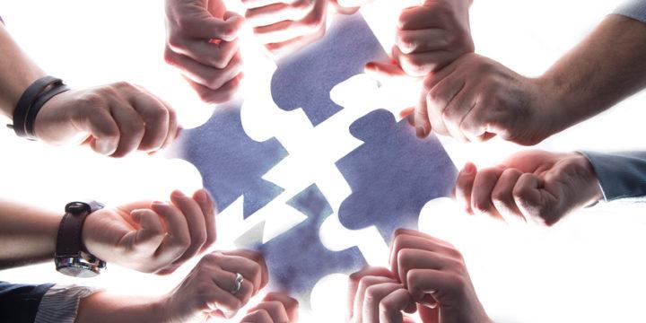 パズルのピースを組み合わせる人たち