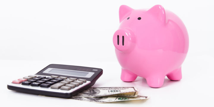 電卓とお札と、ピンクの豚の貯金箱